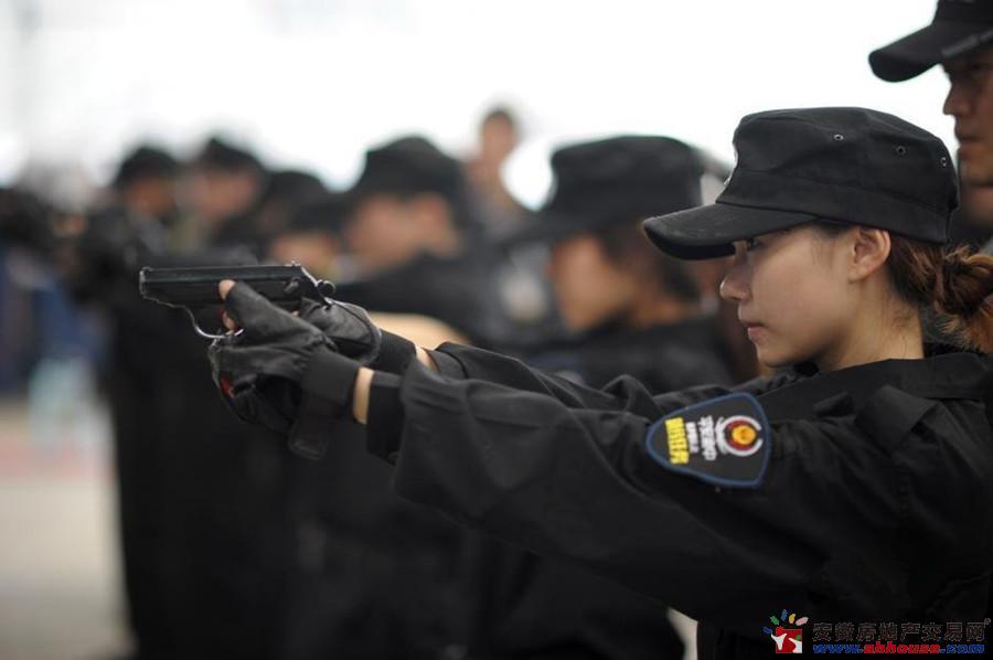 重庆美女网络达人入驻警队 与警官学习防狼术