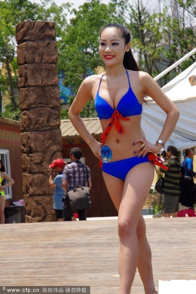 近两百名比基尼美女亮相玛雅海滩