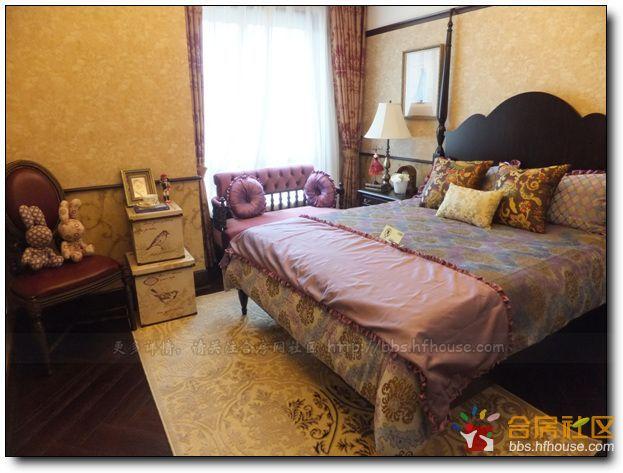 地毯和墙纸一律是金色的花纹