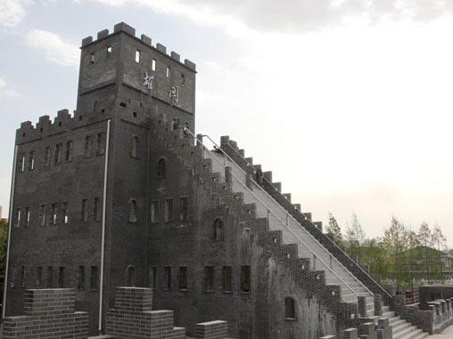 武汉高校4百万建校内长城 称爱国主义教育
