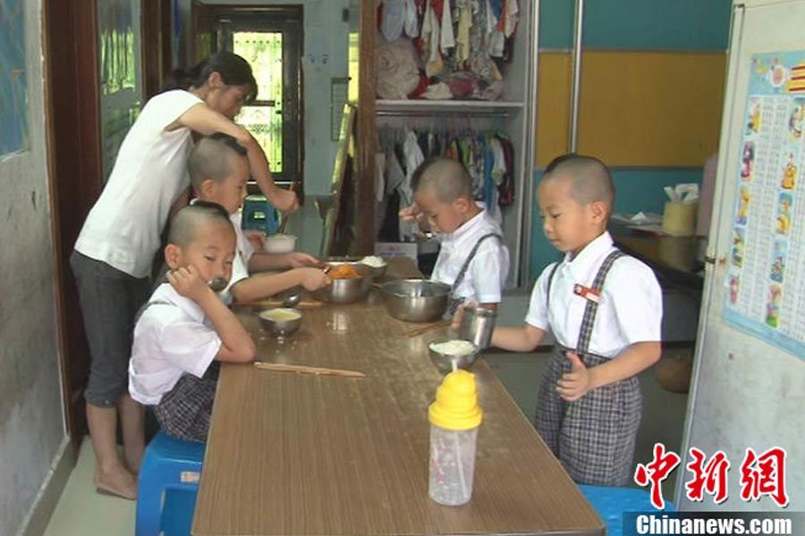深圳四胞胎上学难区分剃&quot数字头&quot编号