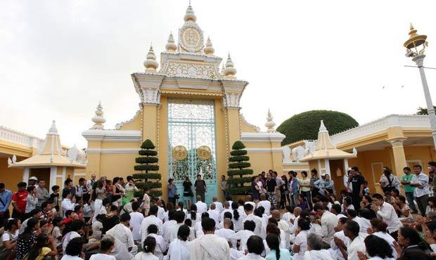 柬埔寨僧人聚集街头 悼念前国王西哈努克